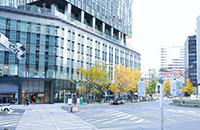 JR名古屋駅桜通口を出て、大名古屋ビルヂング側へ信号を渡ります。