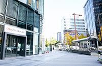 左手に大名古屋ビルヂングの三菱UFJ銀行を見ながら、桜通り沿いを西へ直進します。