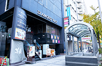 ユニモール10番出口のすぐ前にある、ダイヤモンドウェイビルの4階がリアラクリニックです。1階の猿カフェが目印です。