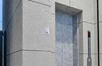 左側のエレベーターで3階にお越しください。